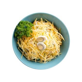 Ciotola isolata dell'insalata del nido del gallo cedrone con le uova