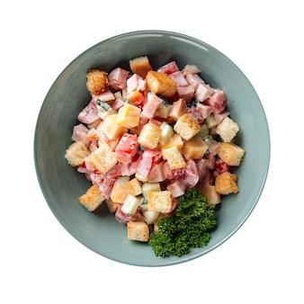 Ciotola isolata di insalata di malibu con prosciutto