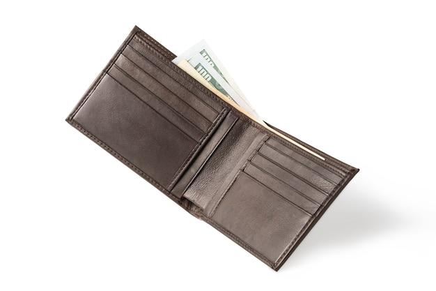 Isolato del portafoglio in pelle marrone con banconote di denaro.