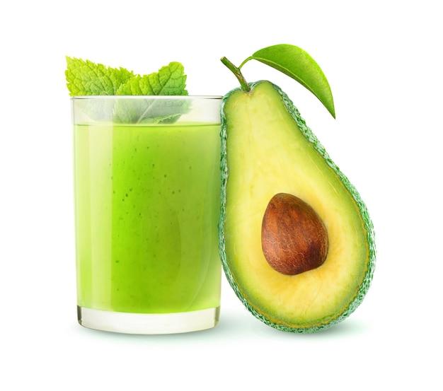 Bevanda isolata. frullato di avocado e metà della frutta isolato su bianco con tracciato di ritaglio