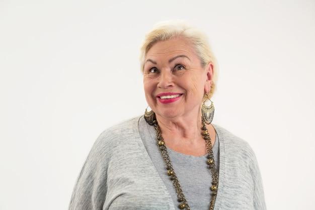 Donna anziana isolata sorridente donna anziana felice che cerca speranze e gioie