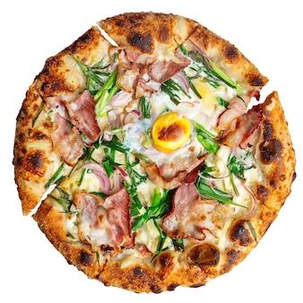Pizza alla carbonara al forno fresca isolata con prosciutto e uova