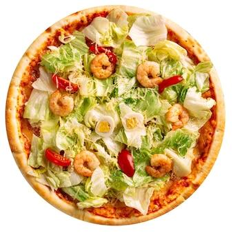 Pizza fresca isolata con insalata di iceberg e gamberetti