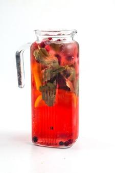 Brocca di vetro isolata di limonata ai frutti di bosco