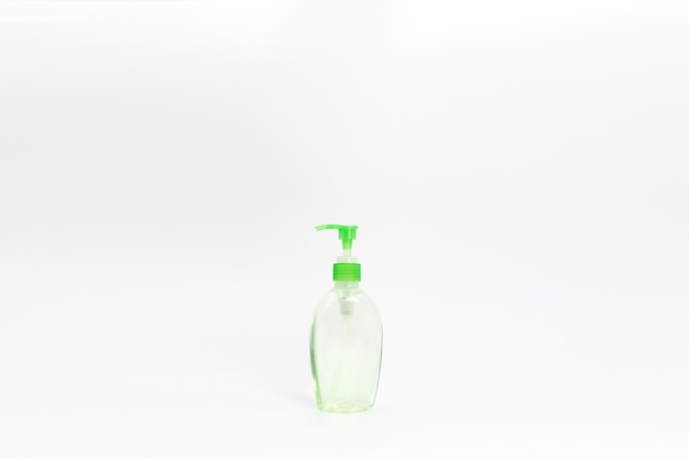 Bottiglia e pompa verdi isolate del gel dell'alcool.