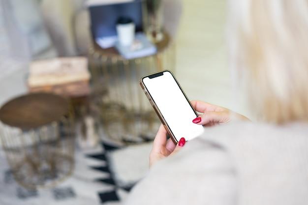 Mani isolate utilizzando il telefono cellulare con tracciato di ritaglio: mani di donna che utilizzano cellulare, smartphone su bokeh colorato di sfondo strada di notte: concetto di telefono cellulare di tecnologia. foto di alta qualità