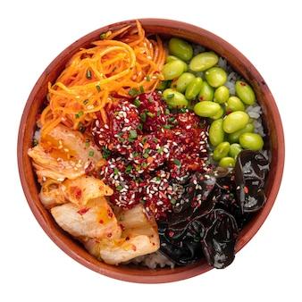 Ciotola di poke di pollo hawaiano isolata con kimchi