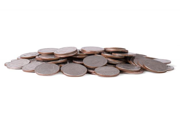 Mucchio isolato delle monete su fondo bianco. risparmio per investimento aziendale con tracciato di ritaglio.