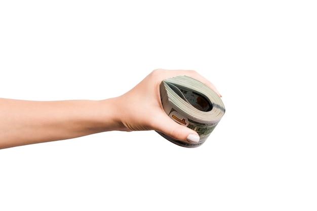 Immagine isolata della mano femminile che tiene un fascio di dollari su sfondo bianco