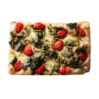 Focaccia italiana isolata con pomodoro e spinaci