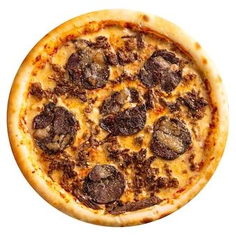 Pizza kazaka isolata con carne kazy e formaggio su fondo bianco