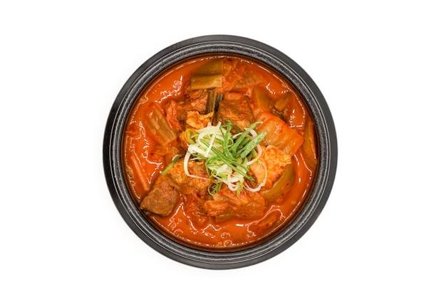 Minestra di kimchi isolata nella ciotola di pietra nera