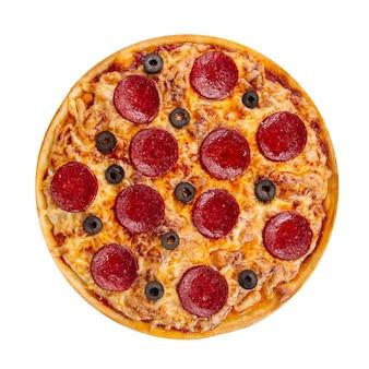 Pizza ai peperoni isolata con salame e olive