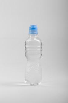 Bottiglia di plastica isolata su priorità bassa bianca Foto Premium