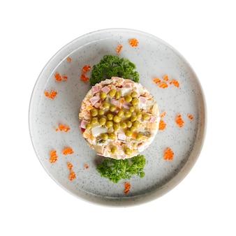 Piatto isolato dell'insalata festiva russa di olivier Foto Premium