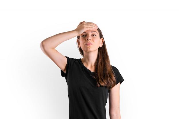 Ritratto isolato di giovane donna con alta temperatura, mal di testa. sintomi di coronavirus covid-19