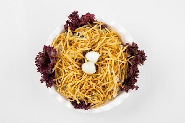 Insalata di nido sordi cucina russa isolata su bianco