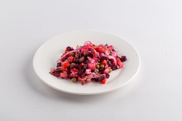 Isolato vinaigrette di insalata di barbabietole nazionale russo sul bianco