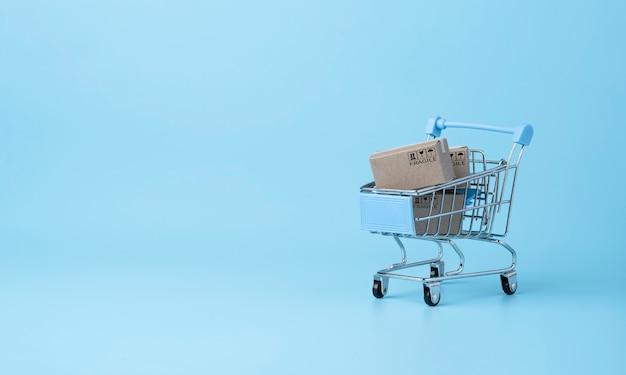 Isolato di scatole di carta di spedizione sfondo blu e spazio di copia, shopping online e concetto di e-commerce.