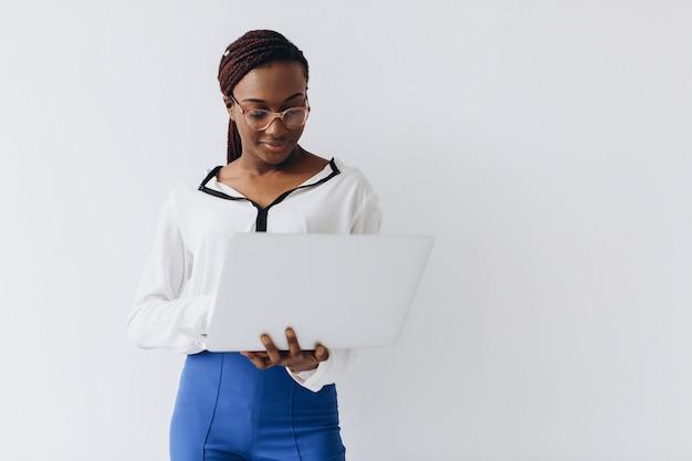 Un colpo isolato di una donna d'affari nera in possesso di un computer portatile