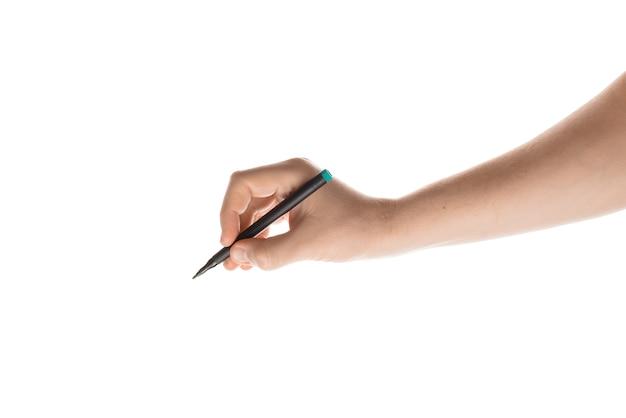 Colpo isolato di una mano che tiene un pennarello sulla superficie bianca