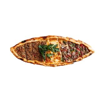 Pizza turca isolata pide con ripieno assortito