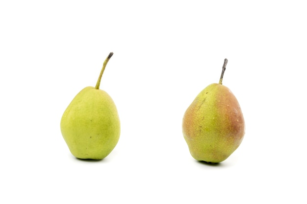 Pera cinese verde fresca isolata due.