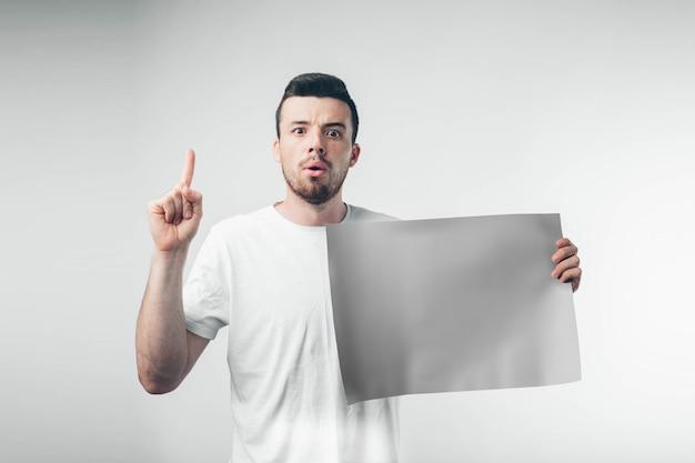 Isolato su sfondo bianco l'uomo detiene un poster