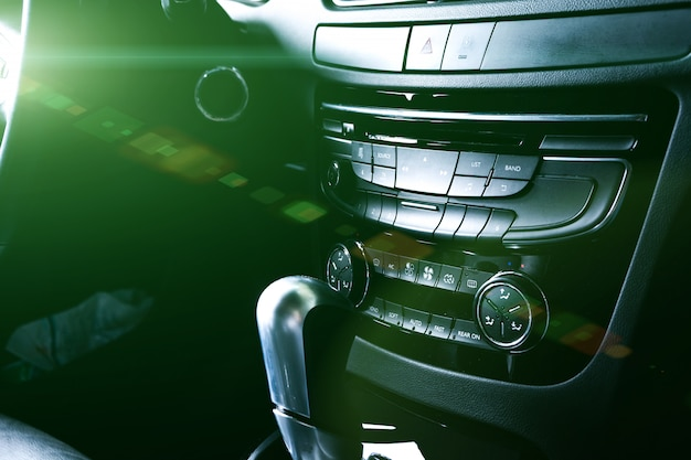 Schermo bianco isolato del monitor del veicolo in cruscotto Foto Premium