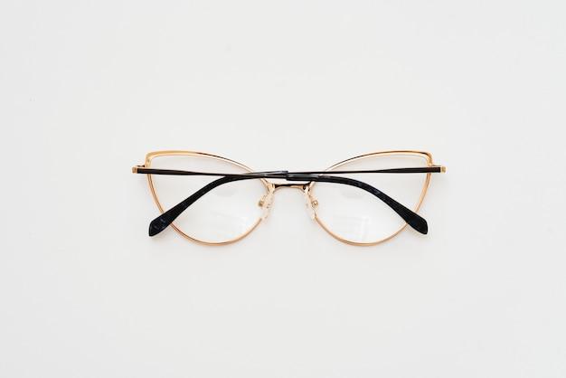 Vetri di isolamento su sfondo bianco. montature per occhiali ovali combinate in bianco e nero. montatura per occhiali da vista ovale nella foto dall'alto su sfondo bianco