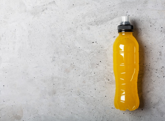 Bevanda energetica isotonica. bottiglie con liquido trasparente blu, bevanda sportiva su uno sfondo grigio cemento