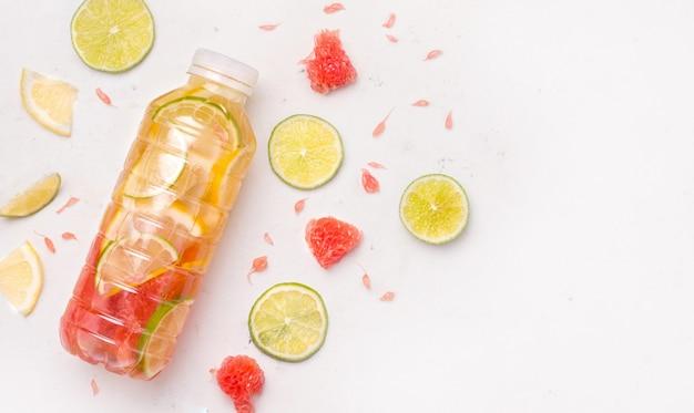 Bevanda sportiva isotonica con limone e pompelmo su sfondo bianco