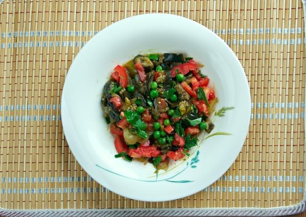 Insalata israeliana di melanzane carbonizzate. cucina mediorientale