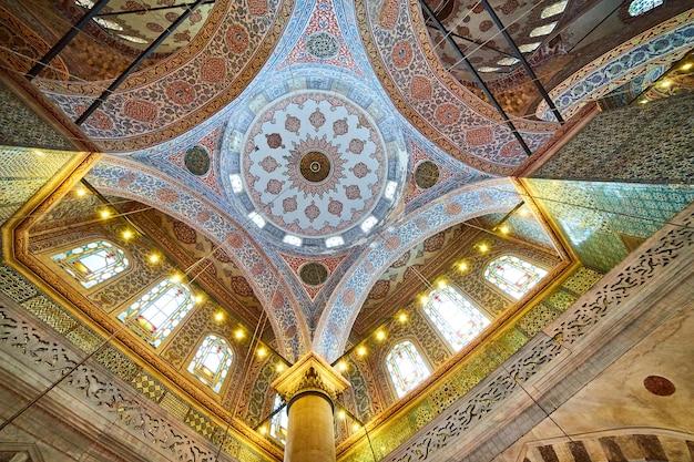 Istanbul, turchia - 10.10.2019. all'interno della moschea blu di istanbul, turchia. interno della moschea suleymaniye