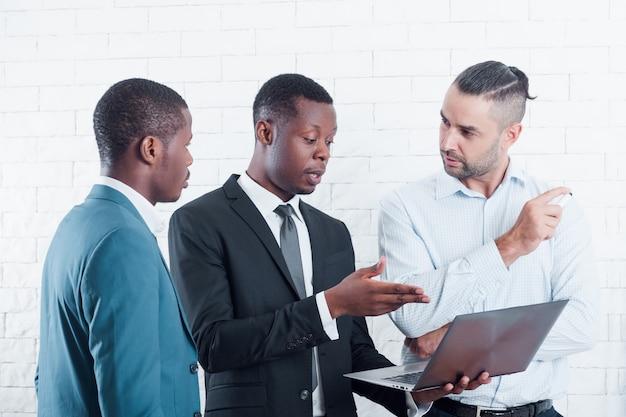 Il responsabile dell'azienda it discute nuovi progetti con i lavoratori