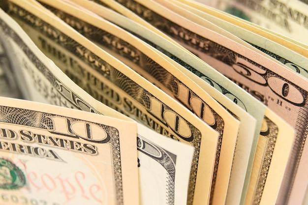 Sono molti soldi (dollari).