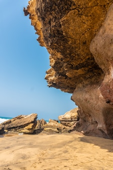 Sembra pietre naturali vicino al mare a playa de garcey, costa occidentale di fuerteventura, isole canarie. spagna