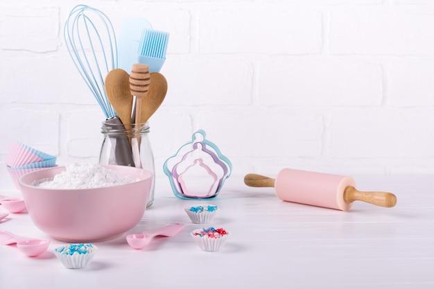 È ora di cucinare. strumenti di cottura su bianco. concetto di sfondo del libro di ricette.