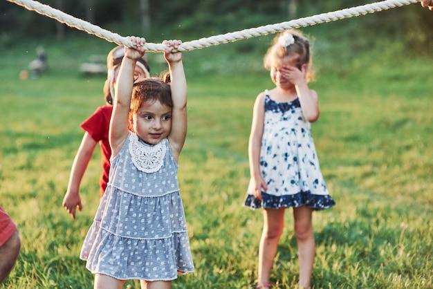 È ora di riposare. tirare un gioco di corde sta andando così divertente. quello è che sembra avere buoni genitori che amano la natura e l'azione