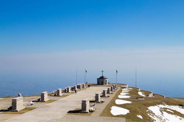 Punto di riferimento delle alpi italiane. memoriale della prima guerra mondiale. monte grappa