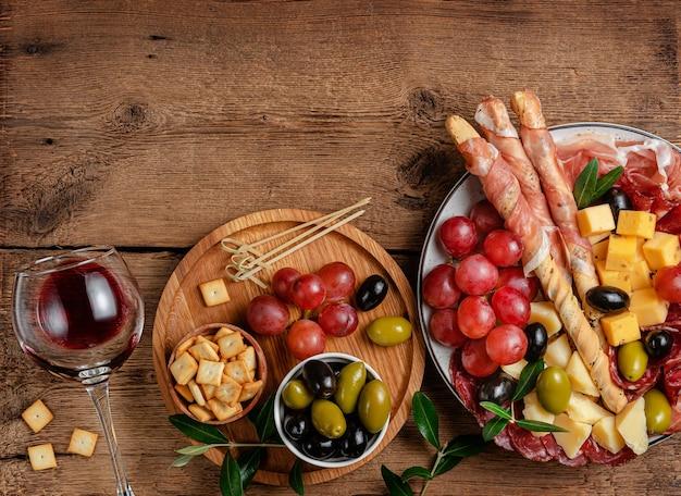 Piatto di antipasti italiani su una superficie di legno