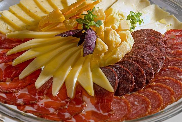 Antipasti italiani salame dispensa pacciamatura coloniale formaggio parmigiano patatine e salsicce