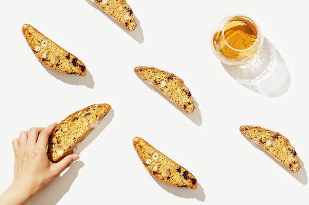 Biscotti italiani di biscotti sulla cremagliera e vino dolce vin santo.