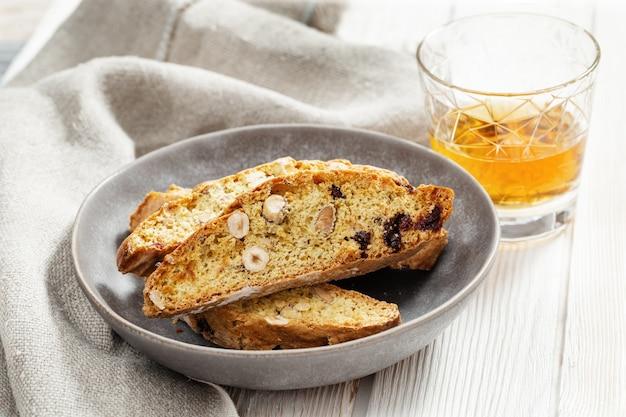 Biscotti italiani di biscotti in lastra grigia e vino dolce vin santo.