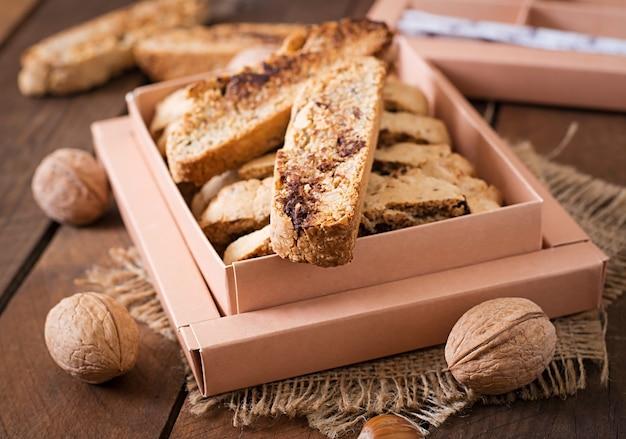 Biscotti italiani con noci e gocce di cioccolato