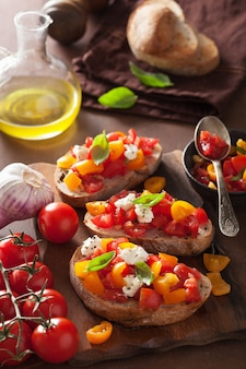 Bruschetta italiana con pomodori aglio olio d'oliva Foto Premium