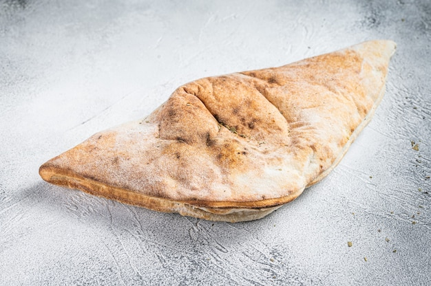 Pizza calzone italiana con pollo e formaggio. sfondo bianco. vista dall'alto.