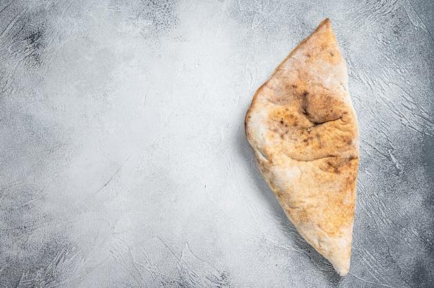 Pizza calzone italiana con pollo e formaggio