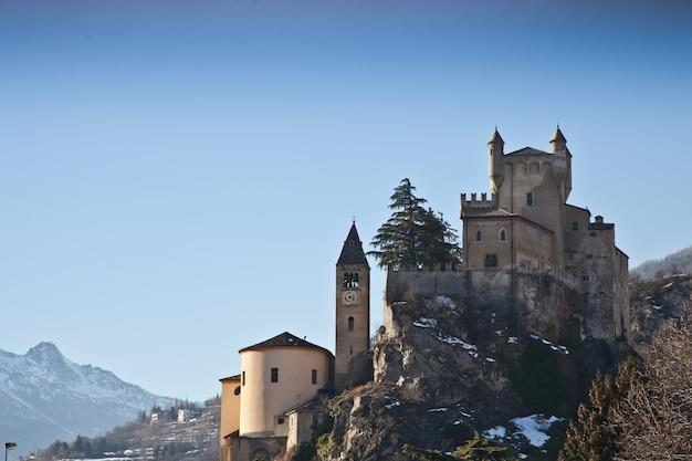 Castello italiano in valle d'aosta, nord italia