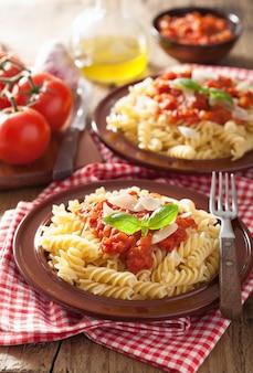 Fusilli di pasta classica italiana con salsa di pomodoro e basilico